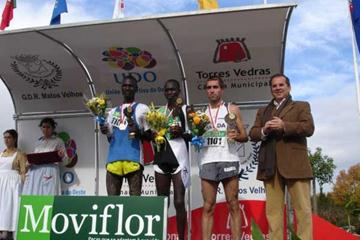 Peter Kamais stands on the left of the podium with Adam Ismael (BRN) (c), and Rui Pedro Silva (POR) at the 2005 Torres Vedras EAA Cross (loc)