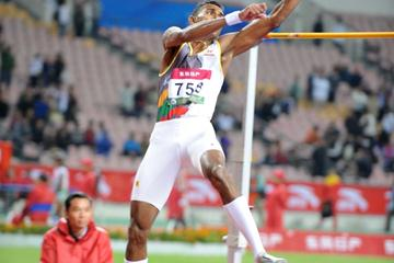 Manjula Wijesekara of Sri Lanka on his way to the Asian high jump title (Jiro Mochizuki)