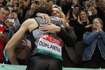 Armand Duplantis celebrates with his mother Helena after breaking the pole vault world record in Torun (Jean-Pierre Durand)