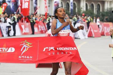 Muluhabt Tsega winning the 2017 Hangzhou Marathon (Zhu Danyang)