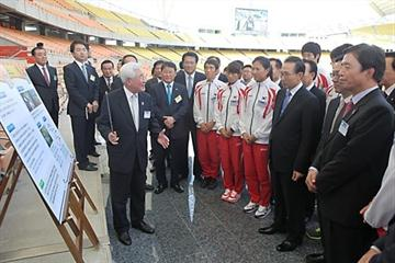 Daegu 2011 LOC Co-President Hae-Nyoung Cho explaining the stadium refurbishments to Mr. Lee Myung-bak, President of the Republic of Korea (3rd from right) (Daegu 2011 LOC)