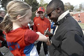 Wilson Kipketer signs some autographs in Copenhagen (Sportsfoto)