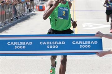 A confident run - Dejen Gebremeskel takes the win in Carlsbad (PhotoRun.net)