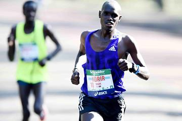 Mark Korir en route to winning at the 2015 Paris Marathon (Jiro Mochizuki)