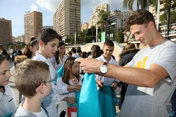 Kurtis Marschall signs autographs for young fans in Monaco (Philippe Fitte)