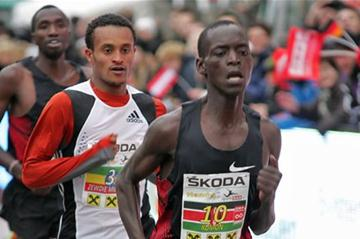 Leonard Komon leads Million Zewdie Yehualashet and Josphat Bett Kipkoech in Peuerbach (Silvesterlauf Peuerbach / Cityfoto.at)
