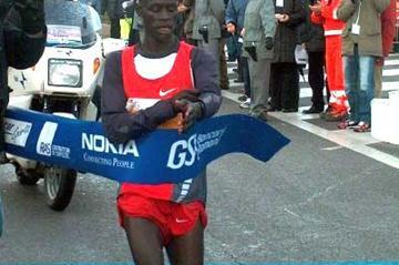 Kenyan Paul Kirui wins the 2004 Rome-Ostia Half Marathon (Alberto Zorzi)