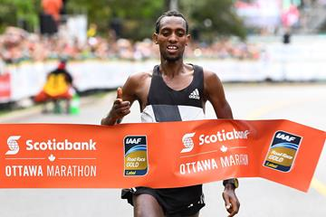 Dino Sefir winning the 2016 Ottawa Marathon (Bruce Wodder/Photo Run)