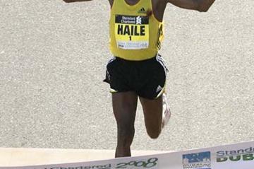 Haile Gebrselassie wins the 2008 Dubai Marathon (c)