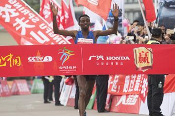Azmeraw Bekele winning the 2017 Hangzhou Marathon (Zhu Danyang)