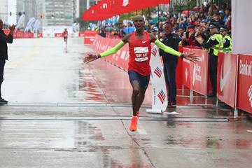 Mo Farah winning the Chicago Marathon (Getty Images)