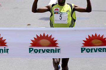 Isaac Macharia wins the 2007 Bogota Half Marathon (Victah Sailer)