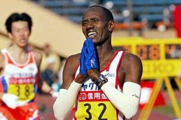 Daniel Njenga (KEN) wins the 2004 Tokyo Marathon (AFP/Getty Images)