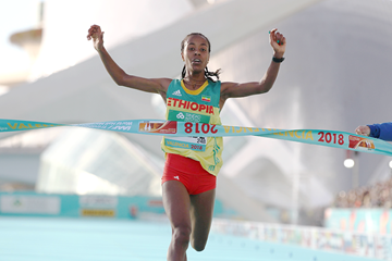 Netsanet Gudeta Kebede clocks a 1:06:11 world record at the IAAF/Trinidad Alfonso World Half Marathon Championships Valencia 2018 (Jean-Pierre Durand)