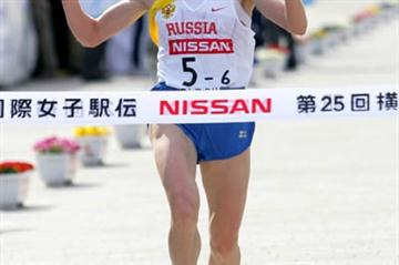 Olesya Syreva reaches the line for the winning Russian squad in Yokohama (Yohei Kamiyama/Agence SHOT)
