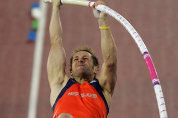 Rens Blom jumping to the 2005 world pole vault title in Helsinki (Getty Images)