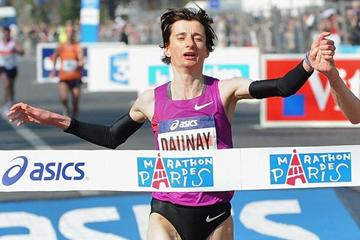 Christelle Daunay setting her 2:24:22 French national record at the 2010 Paris Marathon (Getty Images)