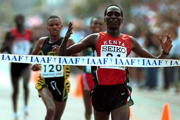 Paul Tergat clinches his second world half marathon title in 2000 (Getty Images)