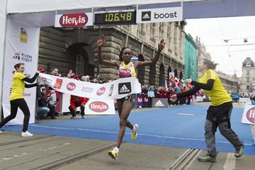 Gladys Cherono breaks the course record at the Prague Half Marathon (Organisers)
