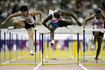 Liu Xiang (left) defeats Allen Johnson (centre) in the Golden Grand Prix, Shanghai (AFP/Getty Images)