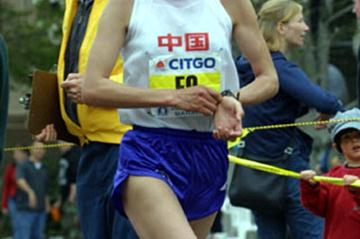 Sun Yingjie running at the 2002 Boston Marathon (Jerry Milton - Runtex / Startiming)