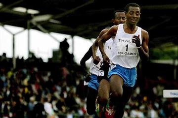 Kenenisa Bekele leads Abebe Dinkessa in the 2005 Hengelo 10,000m (AFP/Getty Images)