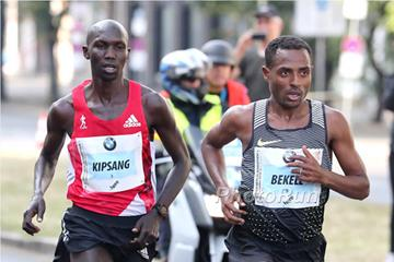 Wilson Kipsang and Kenenisa Bekele during the Berlin Marathon (Organisers / Victah Sailer)