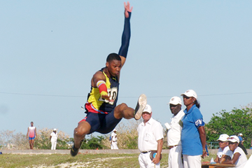 Juan Miguel Echevarria in the long jump in Havana (Andy Bermellón / Deporcuba.com)