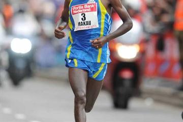 Fast! Patrick Makau en route to his 2:04:48 PB in Rotterdam (Jiro Mochizuki)
