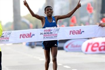 Haile Gebrselassie wins the 2009 Berlin Marathon (Victah Sailer)