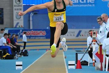 Fabrizio Donato en route to his 17.39m leap at the 2010 Italian indoor champs (Claudio Petrucci/FIDAL)