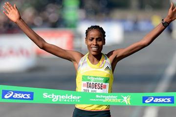 Boru Feyse Tadese runs a course record of 2:21:05 to win the 2013 Paris Marathon (Jiro Mochizuki)