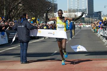 Jacob Kendagor Kipleting wins the 2013 Berlin Half Marathon (SCC-Running/Camera4)