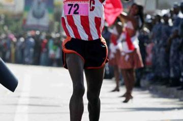 Wude Ayalew leads the pack in Addis Ababa (Jiro Mochizuki)