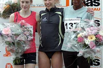 Belgium's Veerle Dejaeghere (cen.) and Fionnuala Britton of Ireland (l) and Mirriam Wangari of Kenya (r) in Diekirch (Kohl Rosch)