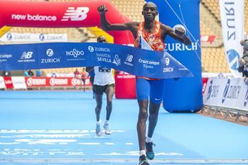 Dickson Tuwei winning the Seville Marathon (Juan José Úbeda / Zurich Maratón de Sevilla)