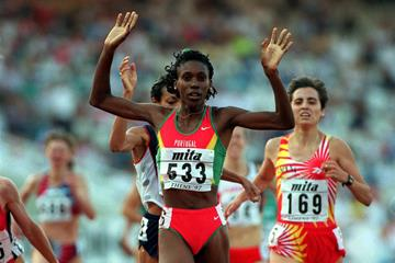 Portugal's Carla Sacramento winning the 1997 IAAF World Championships 1500m title (Getty Images)