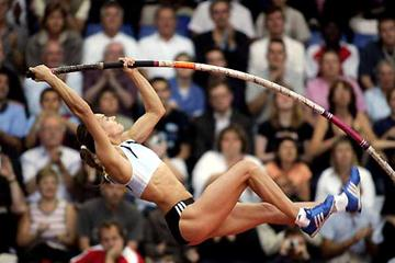 Yelena Isinbayeva on the rise to her 5m vault - London (Getty Images)