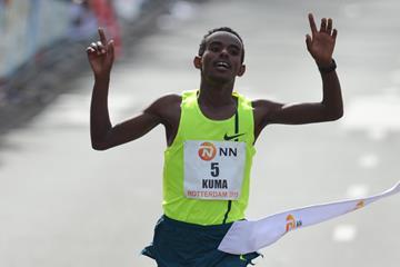 Abera Kuma winning at the 2015 Rotterdam Marathon (Erik van Leeuwen)