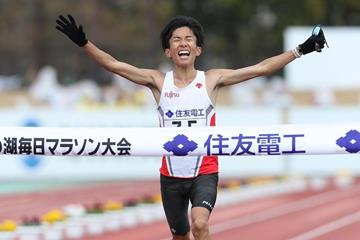 Kengo Suzuki breaks the Japanese marathon record at the Lake Biwa Marathon (Rikujyokyogisya)