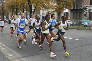 Dorcus Inzikuru leads with Salome Semotwo (105) in the Turin 10km (c)