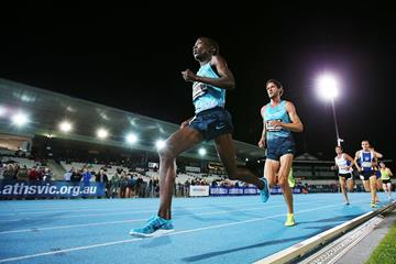 Sam Chelanga en route to winning the 2013 Zatopek:10 in Melbourne (Getty Images)