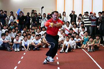 Koji Murofushi shows the kids his hammer technique (Getty Images)