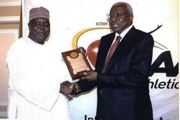 "President Diack presents an IAAF Plaque of honour to Hamad Kalkaba Malboum (Oumar Ba ""Le Soleil"")"