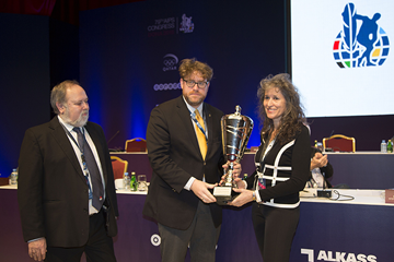 President of the Hungarian Sports Writers Association Gyorgy Szollosi (centre) and AIPS Executive Committee Member Deszo Dobor (left) present Anna Legnani of the IAAF with the AIPS award for best press facilities (AIPS)