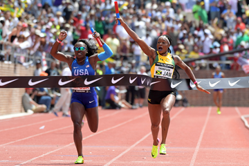 Elaine Thompson anchors Jamaica to victory in the 4x100m at the Penn Relays (Kirby Lee)