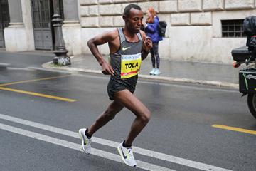 Shura Kitata on his way to winning the Rome Marathon (Giancarlo Colombo / organisers)