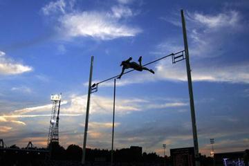 Yelena Isinbayeva clears 4.90m in London (Getty Images)
