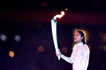 Cathy Freeman lighting the Olympic Flame (© Allsport)