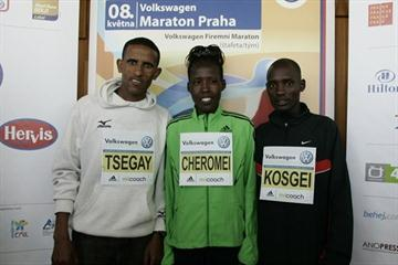 Yemane Tsegay of Ethiopia and Kenyans Sammy Kosgei and Lydia Cheromei at the pre-race press conference in Prague (Jean-Pierre Durand)